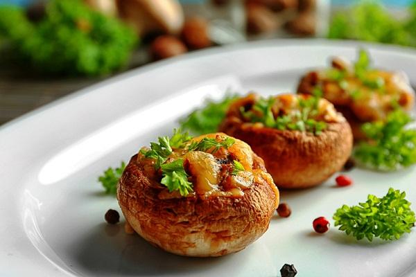 Фаршированные грибы с начинкой из гречки