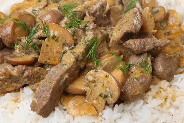 Грибы со свининой в сметане как готовить