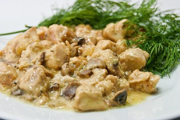 Грибы с куриным филе, тушеные в сметане