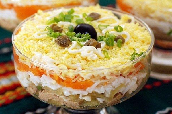 Вкусный салат с курицей, огурцами и яйцами