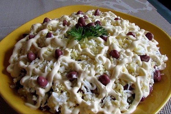 Салат из курицы, огурцов и фасоли
