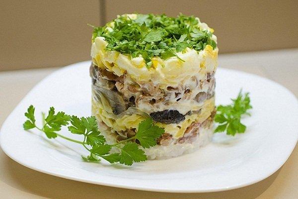 Салат с курицей и добавлением грибов