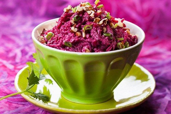 Свекольный салат с черносливом и сыром