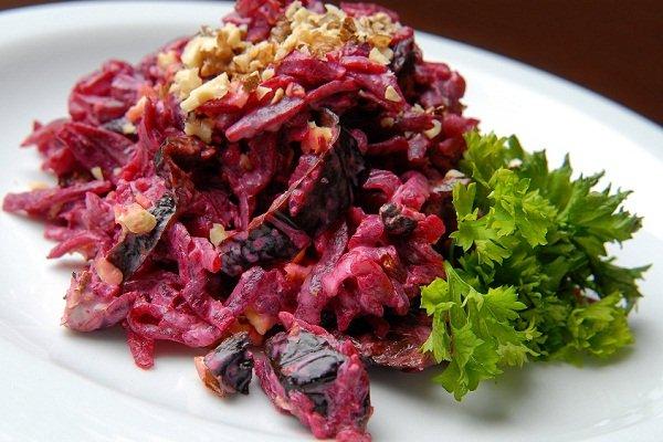 Салат из свеклы с чесноком и фасолью