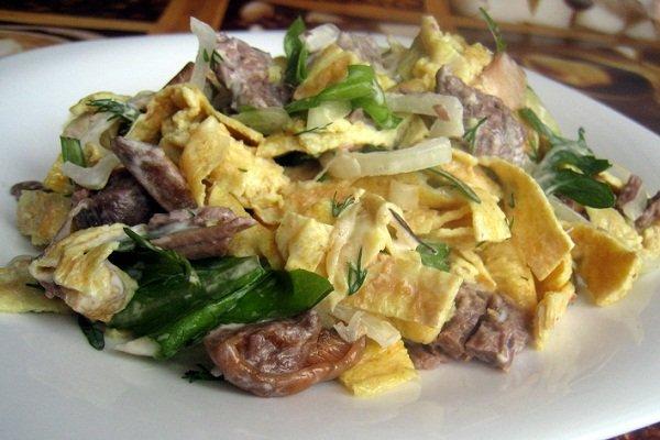 Грибной салат с яичными блинчиками