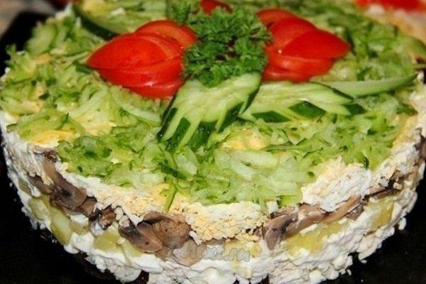 Салат с консервами из горбуши и огурцами