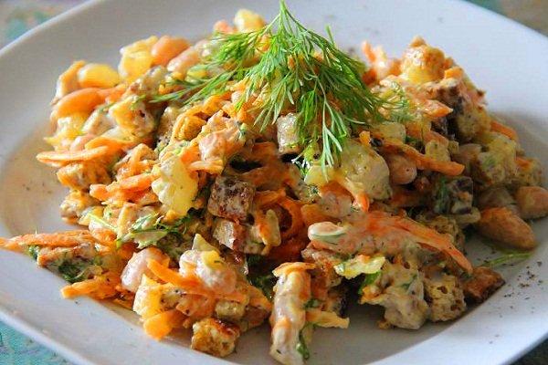 Куриный салат с сухариками