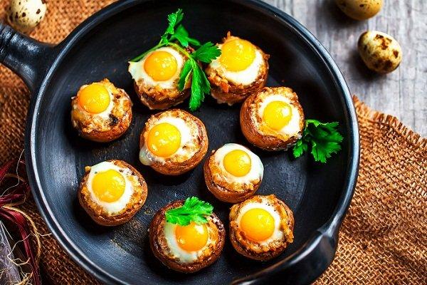 Фаршированные грибы с перепелиными яйцами