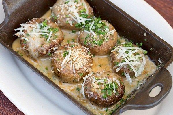Фаршированные грибы в сливочном соусе