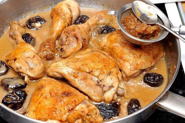Курица тушенная с черносливом в сметане
