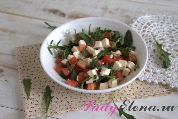Салат из рукколы с добавлением моцареллы