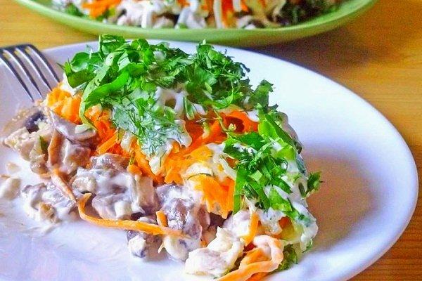 Салат из курицы, и грибов с морковкой