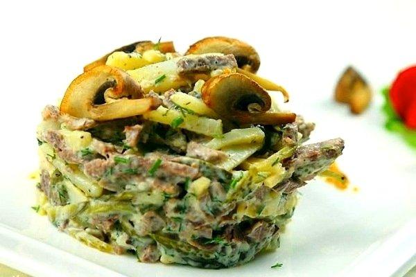 Грибной салат с курицей и луком