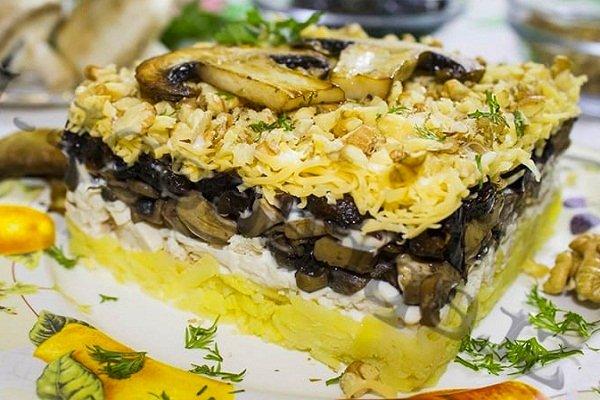 Праздничный салат с курицей, грибами и черносливом
