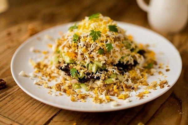 Салат из грибов, курицы и орехов