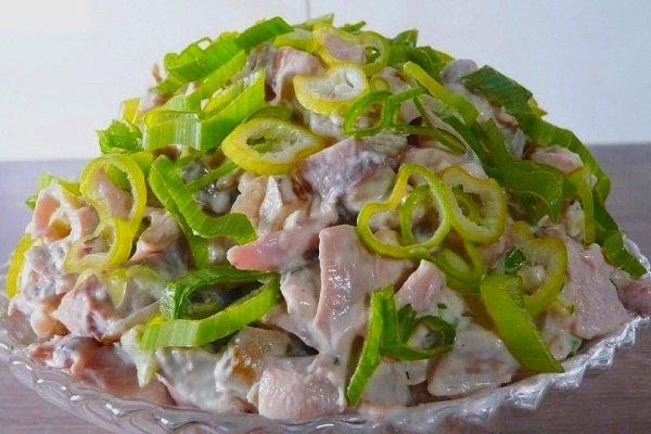 Салат с грибами, курицей и свежими огурцами