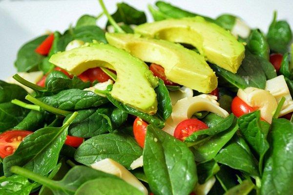 Салат из шпината с добавлением авокадо