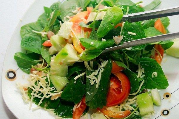 Салат со шпинатом и огурцами