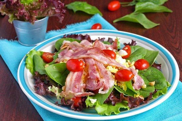 Салат из шпината, сыра и бекона
