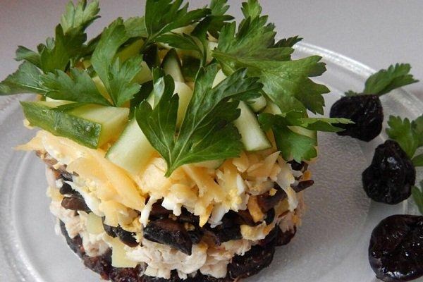 Куриный слоеный салат с черносливом