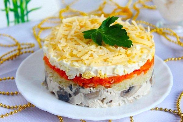 Слоеный салат с морковкой и курицей