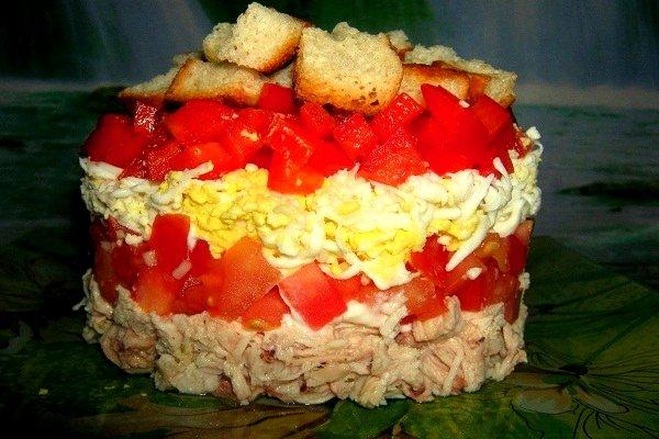 Салат курица и помидоры слоями