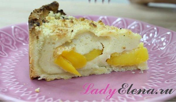 Песочный пирог с персиками и сливочным кремом