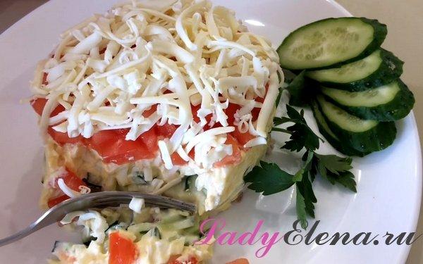 Салат из курицы, овощей и плавленного сыра