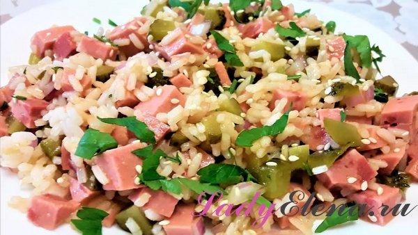 Салат из риса и колбасы