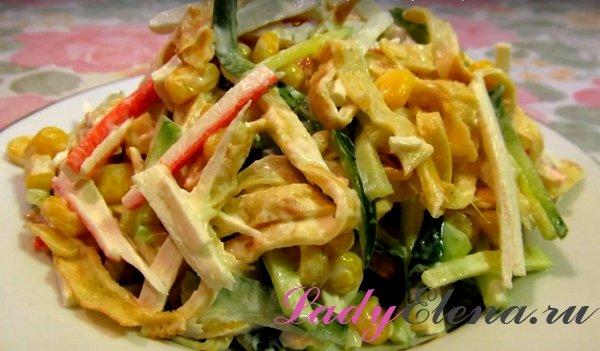 Необычный салат с крабовыми палочками и блинами