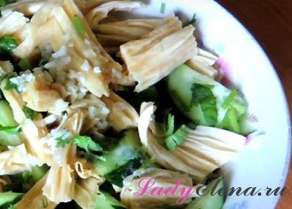 Салат с соевой спаржей и огурцами