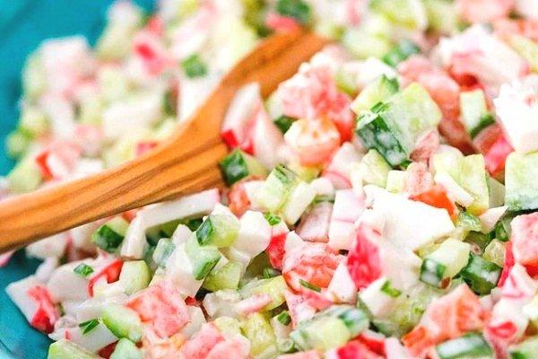 Салат из крабовых палочек с помидорами и огурцами
