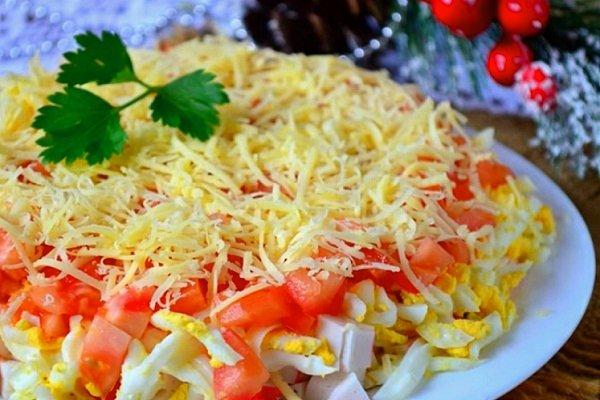 Слоеный салат из крабовых палочек и помидоров