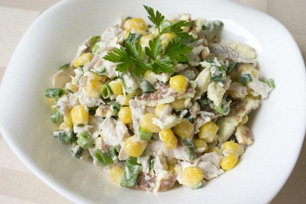 Салат куриный с сыром и кукурузой