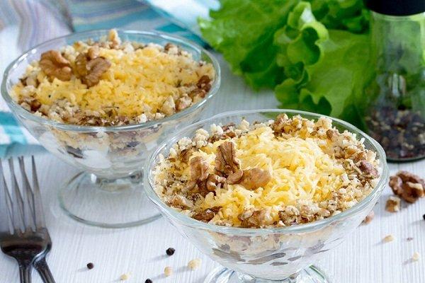 Куриный салат с сыром и грецкими орехами