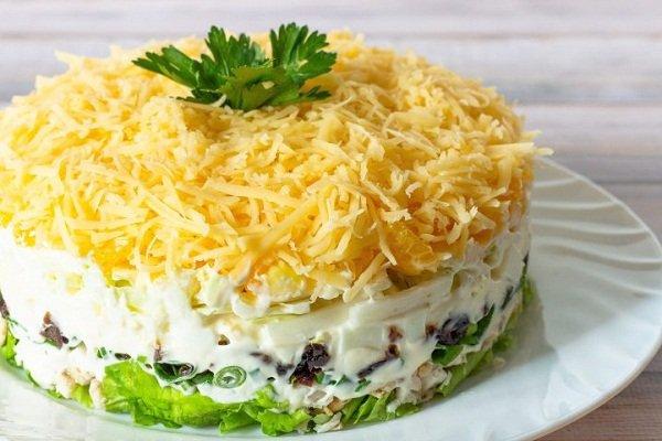 Слоеный салат с курицей, сыром и грибами