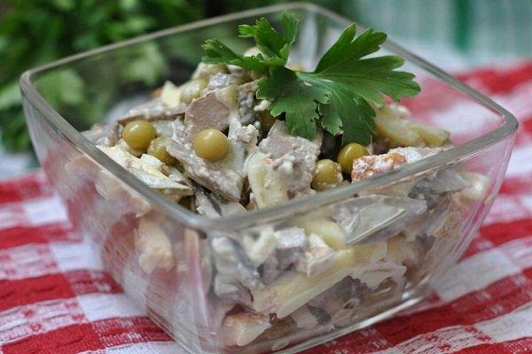 Салат из говяжьей печени с яйцом и горошком