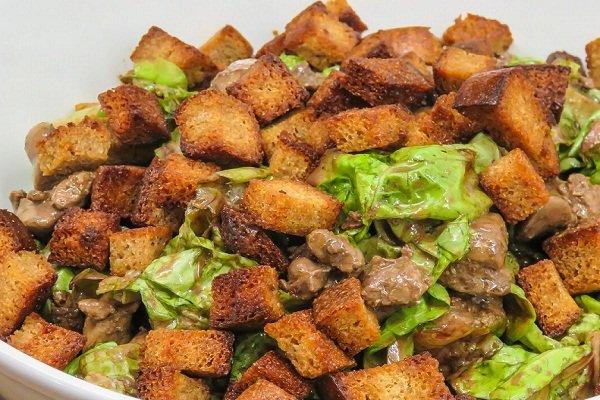 Теплый печеночный салат с сухариками