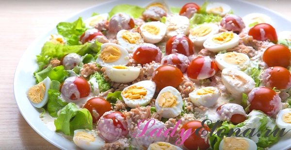 Салат с тунцом, помидорами и перепелиными яйцами