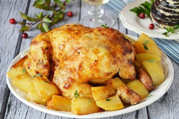 Целая курица с картошкой