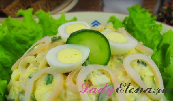 Салат из кальмаров с яйцами и сыром