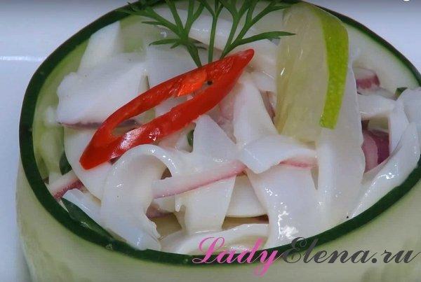 Салат с кальмарами, огурцами и маринованным луком