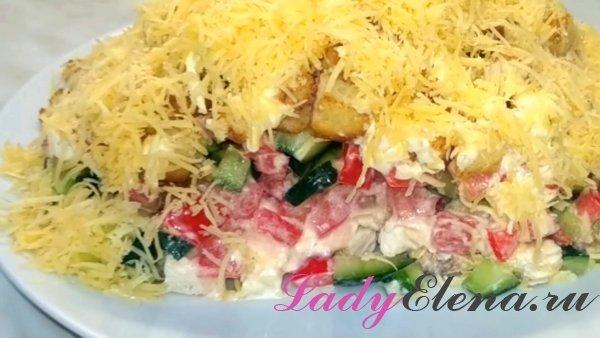 Салат из курицы с летними овощами и сухариками