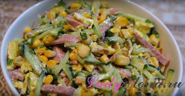 Салат с омлетными блинами и колбасой
