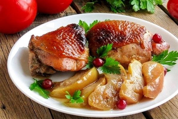 Куриные бедра с яблоками в духовке в рукаве