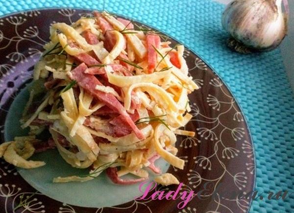 Салат из колбасы и яичных блинчиков