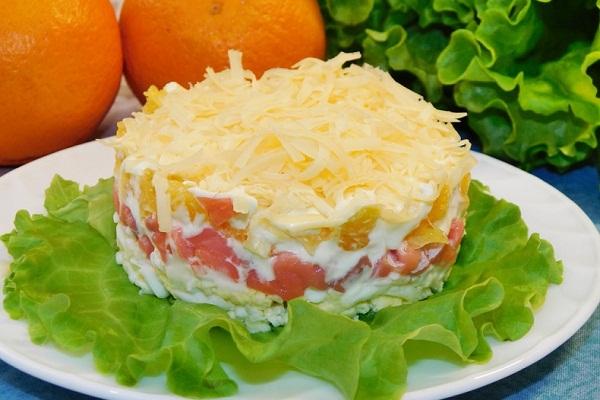 Салат из красной рыбы с сыром и яйцами
