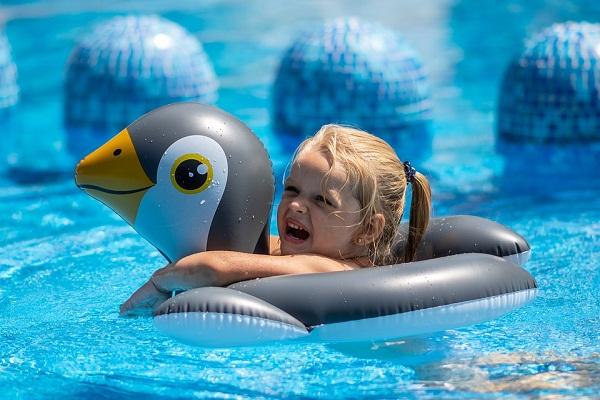 К чему во сне плавать в бассейне