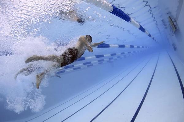 Что означает, во сне плавать в бассейне