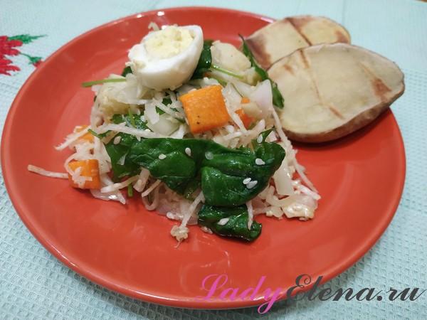 Теплый салат со шпинатом и овощами